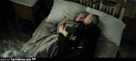 La vecchia coppia che sta abbracciata nel letto prima di affondare ...